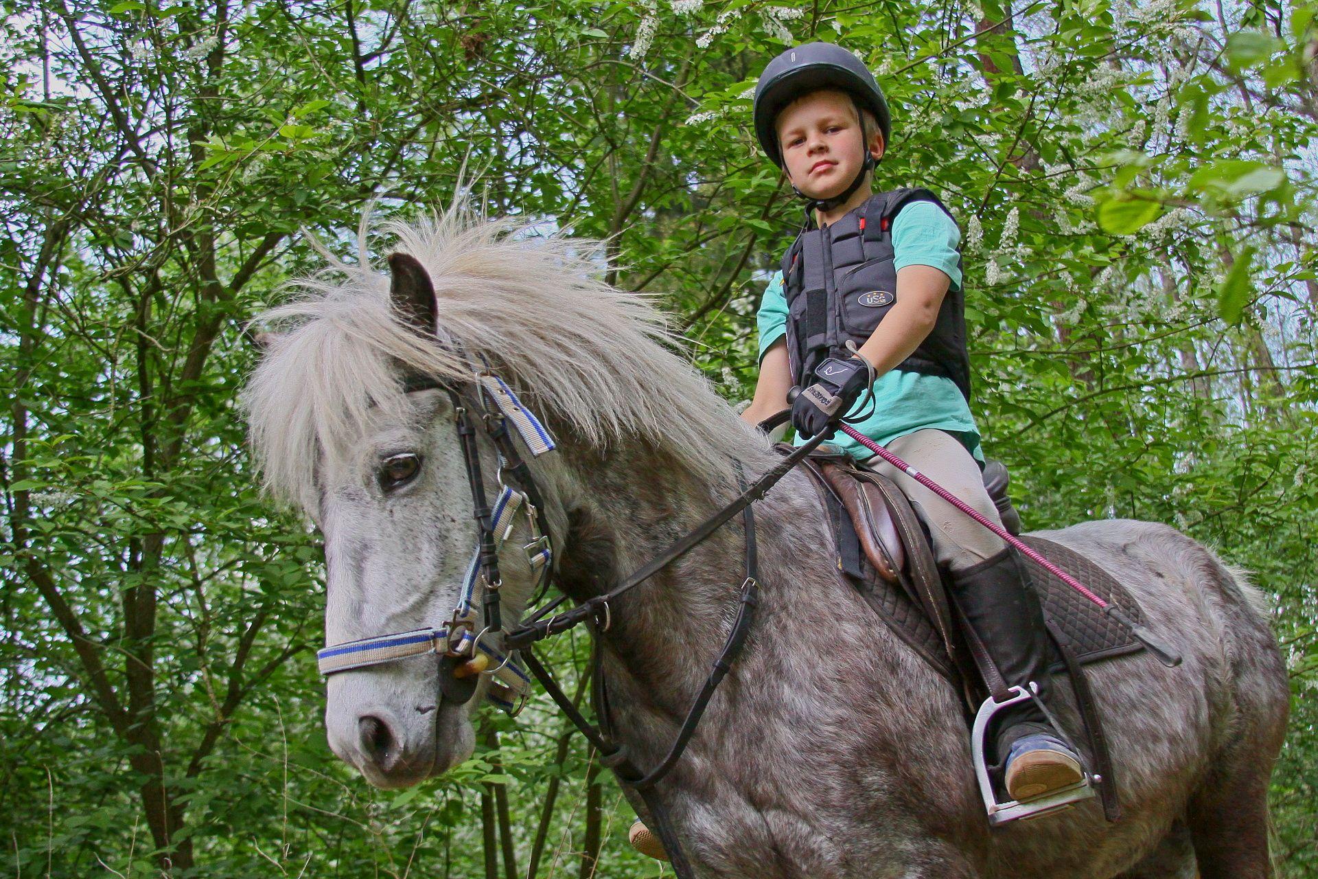 Jízda na koni je vhodná pro děti i dospělé