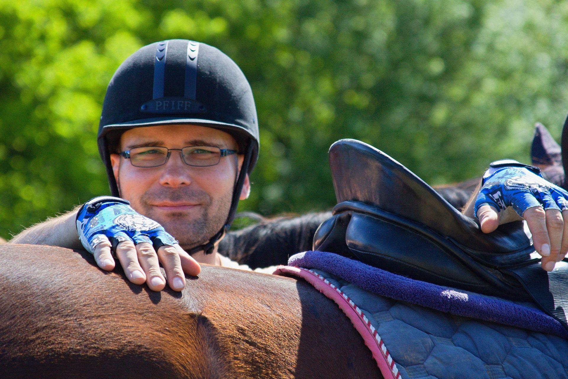 Pro jízdu na koni lze využít mimo jezdecké helmy i cyklistickou